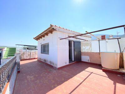 Casa con dos entradas independientes, terraza y parking privado