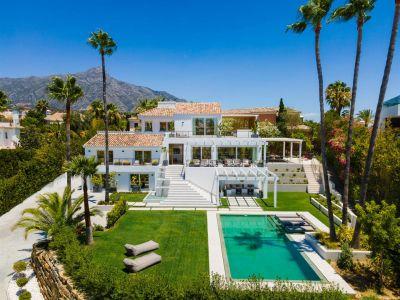 Os presentamos Villa Dahlia, una gran villa moderna con una vista fantástica sobre el Valle del Golf, situado en Nueva Andalucía.