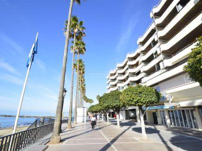 Maravilloso apartamento en alquiler con espectaculares vistas al mar en primera línea de playa en Marbella Centro