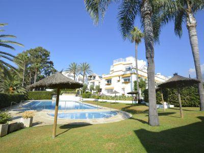 Maravilloso adosado situado en complejo en primera linea de playa en la Milla de Oro de Marbella