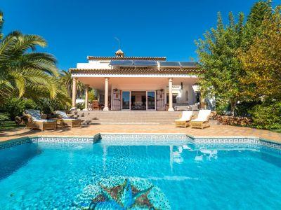 Villa Romana, acogedora casa familiar de estilo tradicional andaluz idealmente ubicada en la exclusiva zona de Paraíso Alto.