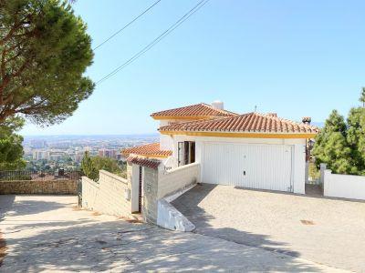 Casa independiente con tres terrazas y piscina
