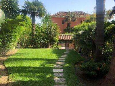 ¡¡¡BAJADA DE PRECIO!!! Fabulosa villa pareada en Altos de Puente Romano, Marbella.