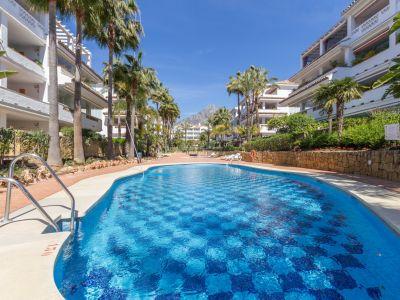 ¡GRAN OPORTUNIDAD! Fantástico apartamento de tres dormitorios primera línea de playa, Las Cañas Beach, Milla de Oro de Marbella