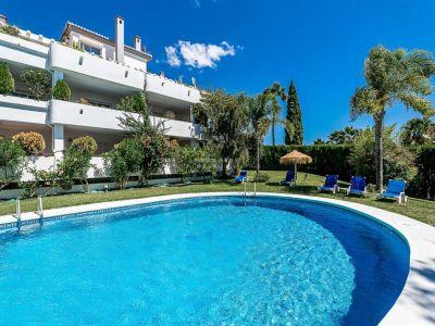 Apartamento en planta baja con orientación suroeste se encuentra en Balcones de Puente Romano, una prestigiosa urbanización con hermosos jardines establecidos y una piscina en una de las zonas más prestigiosas de la Milla de Oro de Marbella