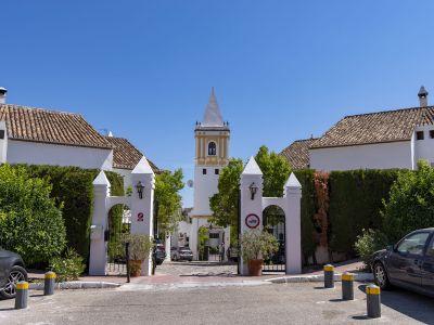Precioso chalet pareado recién reformado y con vistas al mar ubicado en la urbanización Montepiedra, Milla de Oro de Marbella