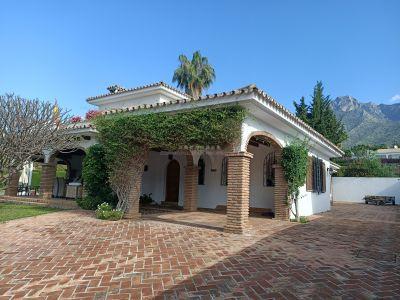 Villa independiente en zona tranquila de Nagueles con 1000m2 de parcela