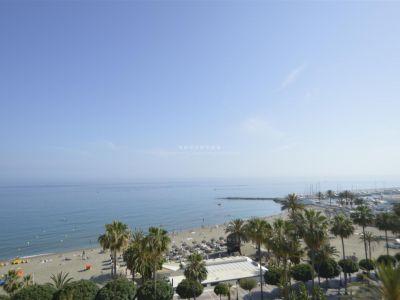 Fantástico apartamento orientado al sur, en primera línea de playa de Marbella Centro con fabulosas vistas frontales al mar