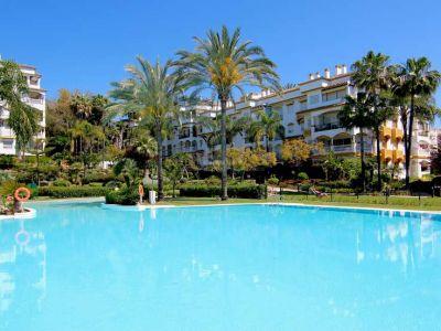 Gran oportunidad, bonito y cómodo bajo en Hacienda Nagüeles I, urbanización con seguridad 24h jardines maduras, piscina y padel. A pocos minutos de la playa a pie