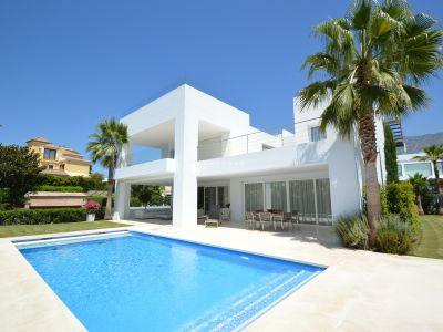 Espectacular villa de 5 dormitorios de alta calidad en Altos de Puente Romano en Marbella, Milla de Oro