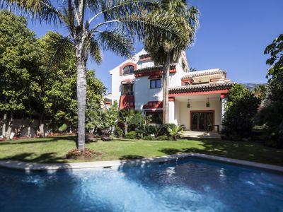 Maravillosa villa con vistas al mar en la exclusiva zona de Altos de Puente Romano, Milla de Oro de Marbella
