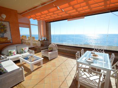 Marvillosa villa en primera línea de playa de Cabopino, Marbella