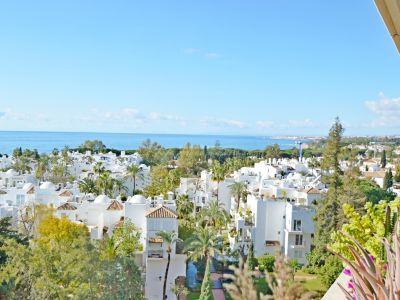 Fantástica oportunidad rebajada de precio! Impresionante ático con vistas panorámicas al mar en Residencial Palacio de Congresos, Milla de Oro de Marbella