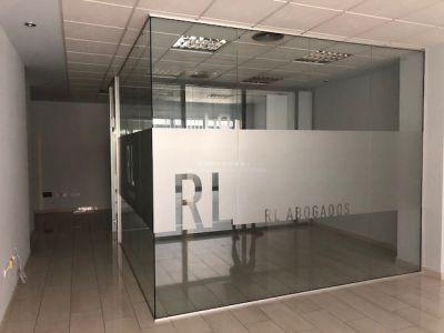 Disponible para alquiler la Oficina del Edificio Parquesol, en Marbella centro.