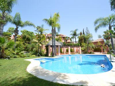 Fantástica vivienda adosada de lujo con jardín privado situada en un una exclusiva urbanización rodeada de jardines tropicales, lago artificial y pequeñas cascadas, piscina comunitaria. Un paraíso único increíblemente situado en el centro de Marbella.