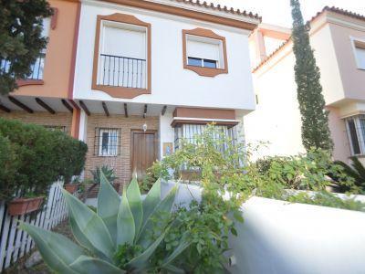 Bonita villa pareada de 3 dormitorios, 2 baños y 1 aseo situada en Marbella