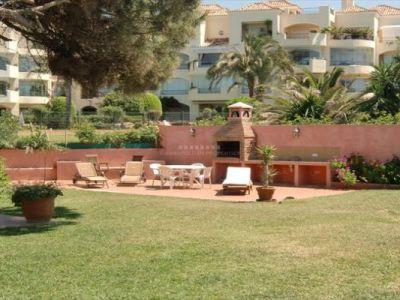 Villa situada en primera linea de una de las mejores playas en Elviria, Marbella