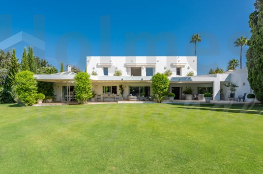 Recently renovated 7-bedroom villa bordering the 10th fairway of the Real Club de Golf Sotogrande.