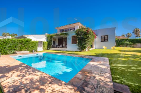 Located in a peaceful cul-sac-sac in the heart of Sotogrande Costa, this unfurnished villa of character and charm offers scope for some refurbishment.