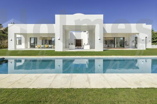Sensational villa in a prestigious area in Sotogrande, bordering the Almenara Golf Course and amazing lakefront views.