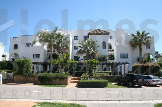 South-facing 2nd floor apartment in El Polo de Sotogrande, a gated development with concierge service and private security, communal pools, paddle courts, gymnasium and jacuzzi.