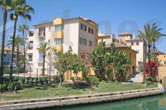 Fantastic west-facing penthouse apartment in Isla del Pez Volador with communal pool and close to the Octogono Beach & Tennis Club.