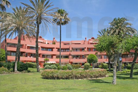Second floor southeast facing beach apartment with great sea views over the communal gardens and very close to the Octógono Beach & Tennis Club.