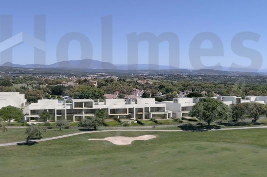 4 bedroom townhouse with a corner locaiton in Hoyo 17, residential development surrounded by a golf course and a hundred-year-old cork oak grove in San Roque Club.