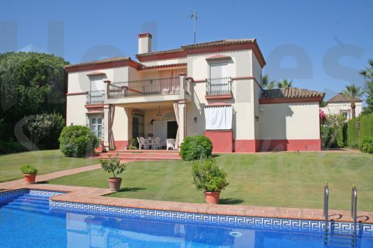 East-facing 2 storey villa in a popular area of Sotogrande Costa close to the Commercial Centre Galerías Paniagua.