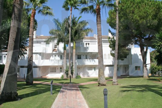 South-east facing triplex in the Kings and Queens within easy distance of the Real Club de Golf Sotogrande and the beach.