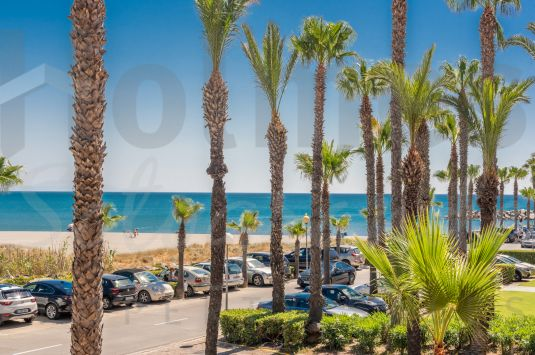 A recently renovated 1st floor apartment with sea views ideally located in the Puerto Deportivo de Sotogrande.