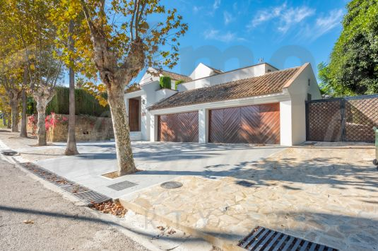 Substantial family villa with a south-westerly aspect located in a very quiet area of the Kings and Queens in Sotogrande Costa.