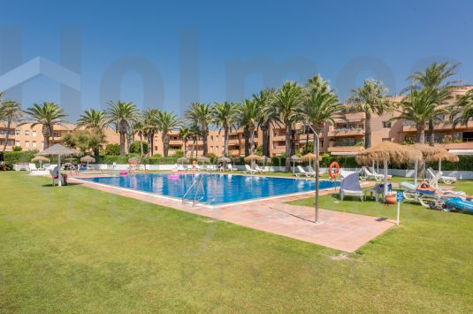 Recently renovated south-facing 2nd floor beach apartment with great sea views and walking distance to the Octógono Beach & Tennis Club.