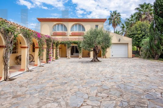 Traditional style 2 storey family villa in a quiet location at the end of a cul-de-sac adjoining the Real Club de Golf Sotogrande with great golf, mountain and sea views from the 1st floor.