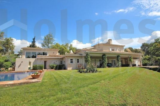 Private villa with landscaped gardens in a quiet area in Sotogrande Alto.