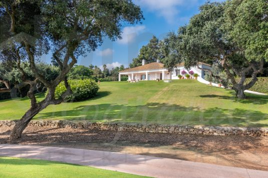 Fabulous southeast facing Front Line Golf Villa in one of the most prestigious streets in the Kings and Queens area of Sotogrande Costa with excellent Golf and Sea views.