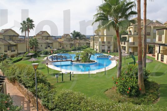 A spacious east-facing 4 storey townhouse very close to La Cañada Golf Club and the shops and restaurants of Pueblo Nuevo.