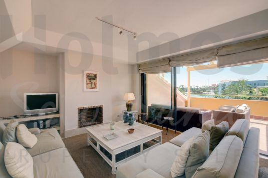 Duplex Penthouse with a Private Pool and with great views over the Sotogrande Marina Magnificent penthouse in the exclusive Marina de Sotogrande.