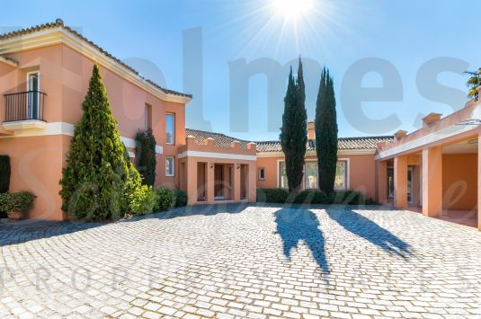 Charming villa located in a quiet area of Sotogrande Alto.