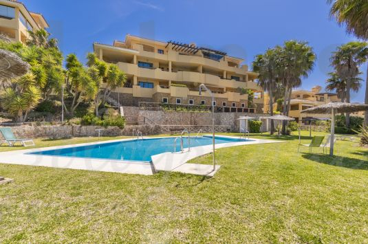 West-facing 1st floor apartment in Los Gazules with 2 communal pools and views to the Almenara Golf, lake and mountains.