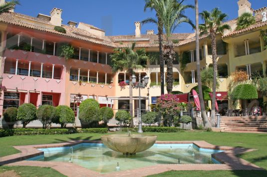 1st floor leasehold apartment ideally located in Puerto Deportivo with easy access to the restaurants, bars and shops.
