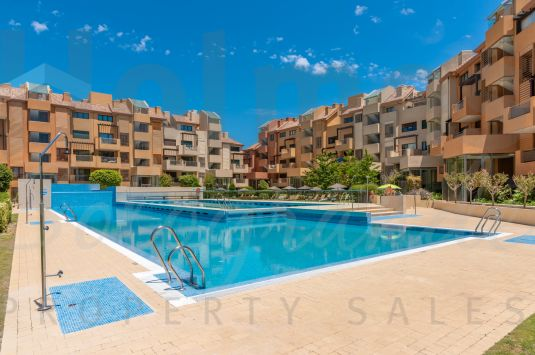Exceptional apartment located in the exclusive complex of Ribera del Marlin, just a step away from the beach and the Port of Sotogrande.