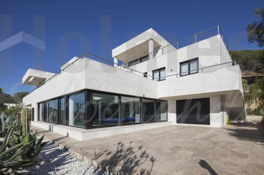 Fabulous modern style villa built to high standards and with stunning views.