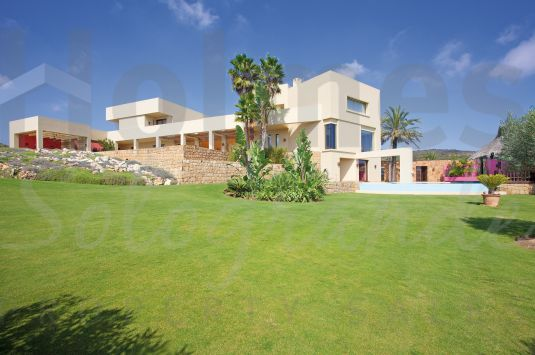 This unique luxury mansion has a south facing aspect towards the extensive coastline with splendid views to the sea and the African coastline and is frontline to the La Reserva Golf Course.