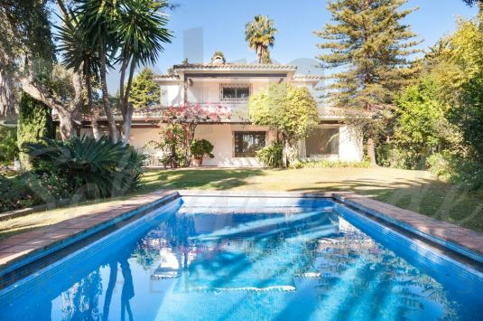 Unique villa with a colonial design located only 400 metres away from the Cucurucho Beach Club and 20 metres away from hole 3 of the Royal Club Golf Sotogrande.