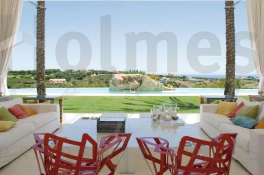 Tunning villa with 2 self-contained guest apartments, a large garden, a swimming pool and wonderful sea views.