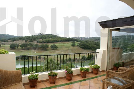 Fabulous second floor penthouse apartment in Los Gazules with super golf and lake views.