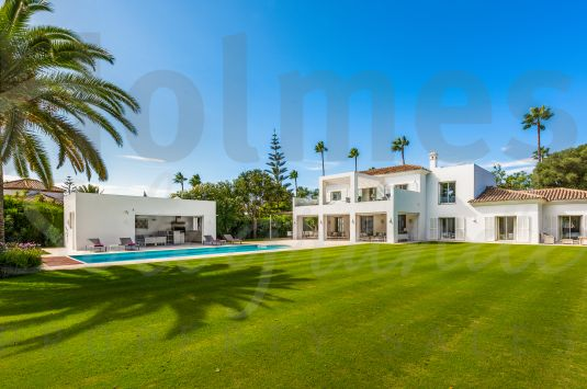 Beautiful contemporary villa just released to the market. Situated in the main street in Sotogrande Costa, this fantastic villa has been extensively renovated in 2016.