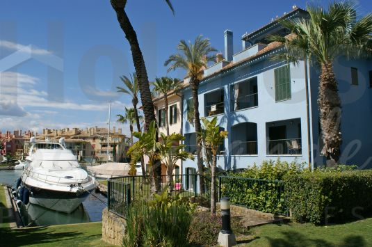 Super duplex apartment with great views of the inner marina close to El Octógono Beach and Tennis clubs.