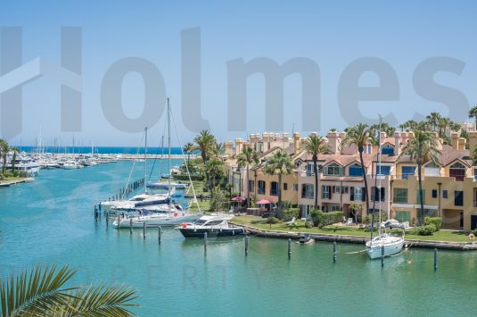 Penthouse apartment with great views over the Sotogrande Marina. It also has: Climalit double glazing, fitted wardrobes and marble floors.